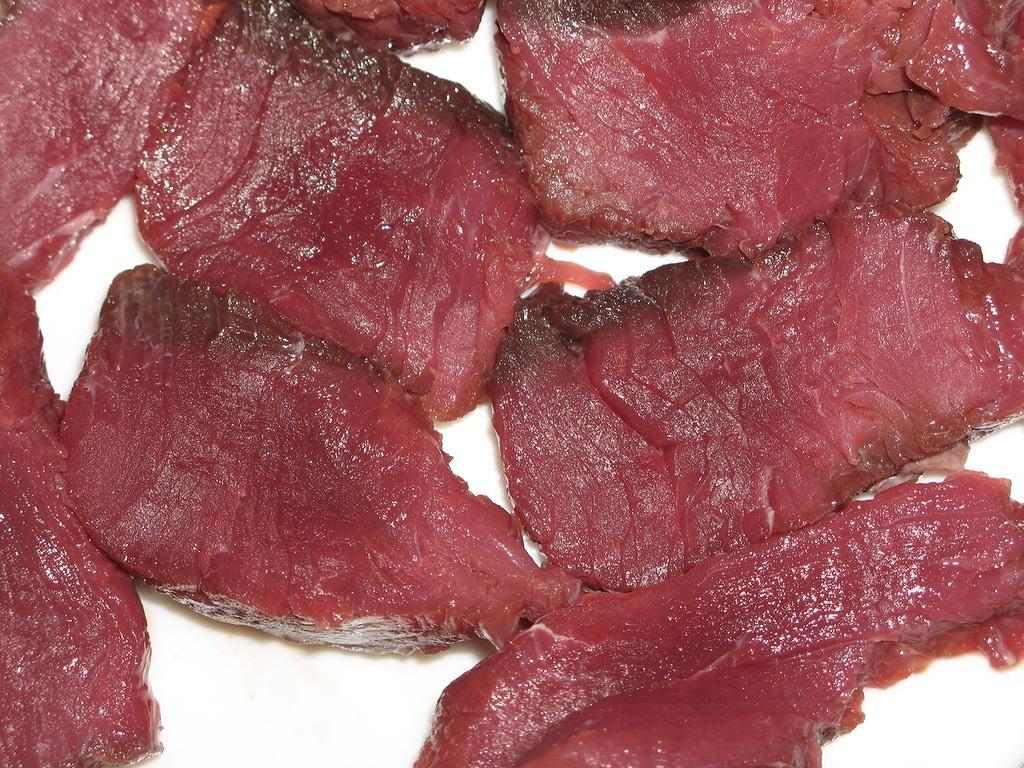 Кусочки мяса лося